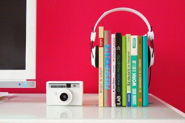 Lifehack: Kopfhörer werden zur Buchstütze