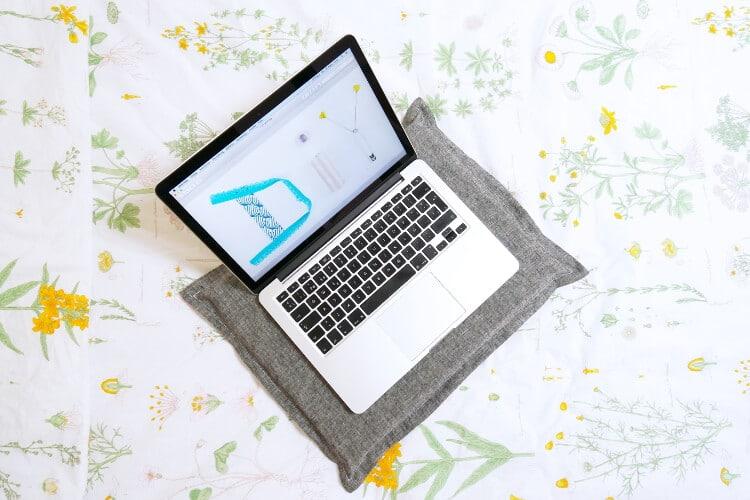 laptop kissen n hen video anleitung handmade kultur. Black Bedroom Furniture Sets. Home Design Ideas