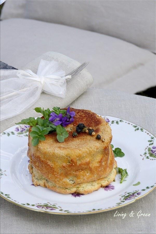 Der Frühling auf dem Teller: Kartoffelpudding mit Bachkresse und Gänseblümchenkapern!