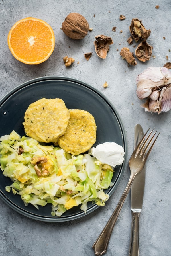 Frühlingsfrisch: Spitzkohlgemüse mit Orangen und Polentabratlingen