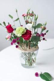 Einfaches Arrangieren von Schnittblumen in großen Vasen