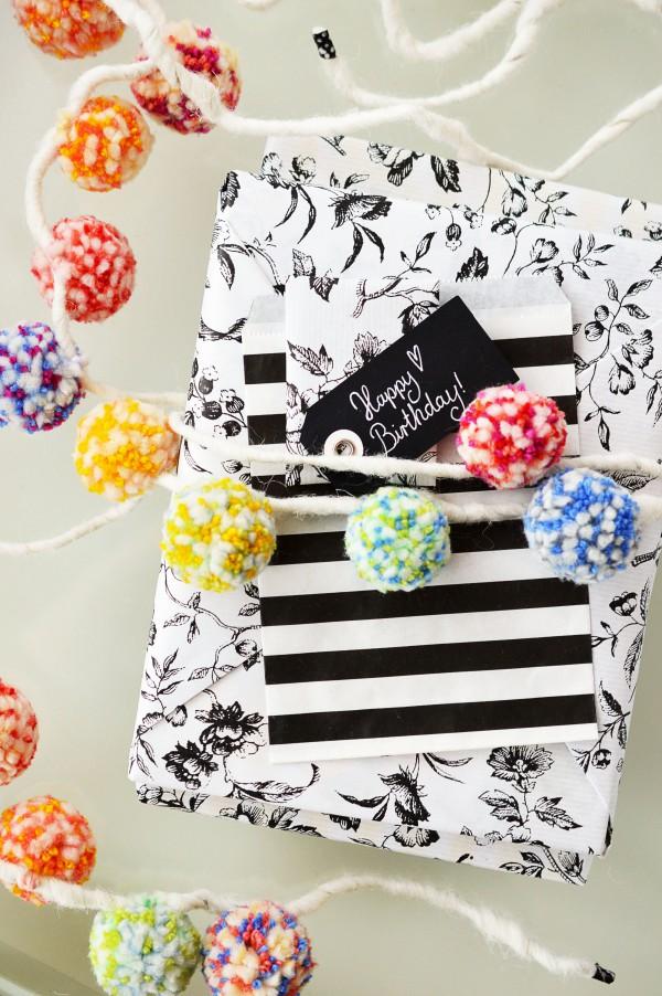 Pompom Girlande zum Geschenke verpacken