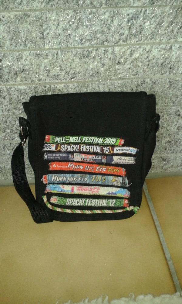 Tasche mit Festival-Bändern