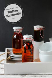 Karamellsirup im Kaffee: ein Rezept, drei Aromen