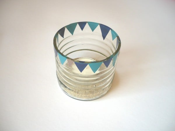 Einen Kerzenhalter aus Altglas und Nagellack basteln