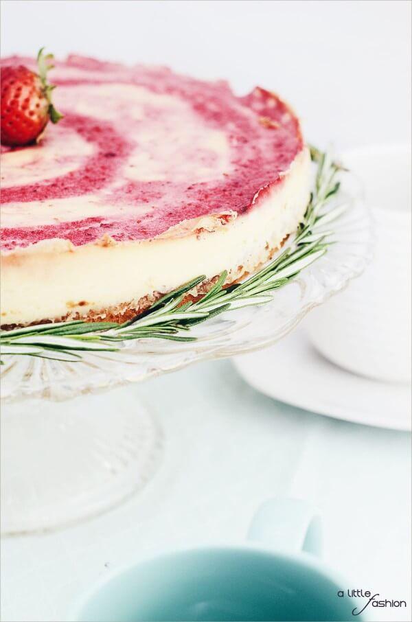 Erdbeer-Pudding-Kuchen mit frischem Rosmarin