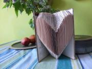 Herz aus einem Buch gefaltet