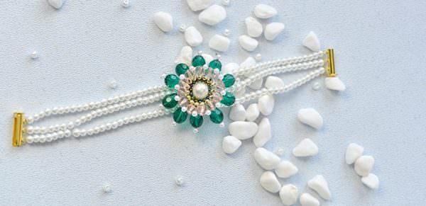 Drei Stränge weiße Perlen Armband mit Grün Blume