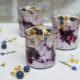 eisgekühltes Blaubeer Dessert im Glas mit knusprigem Erdnussriegel-Krokant Topping