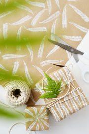 DIY Bedrucktes Geschenkpapier mit Farnmuster