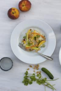 Reisnudelsalat mit Pfirsich, Erdnüssen und Kokosmilchdressing