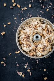 Erdnuss-Karamell-Eis mit Schokostücken und Erdnusskernen