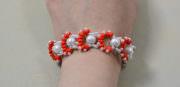 Erstellen einer Orange 2-Loch-Samenperlen und weiße Perlen gewebten Armband