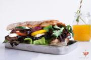 Grilled Aubergine Sandwich mit Balsamico-Zwiebeln und Minz-Dip