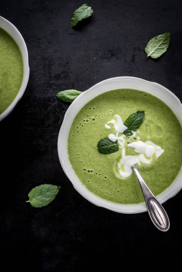 Grüne Gazpacho mit Gurken, Zucchini und Walnüssen