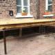 Gartentisch aus alten Baubrettern.