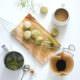 Matcha-Brombeer-Macarons mit fruchtigem Kern und Limettencreme