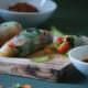 Frische vegane Summer Rolls mit Chili-Soja-Sauce und Knobi-Erdnuss-Paste