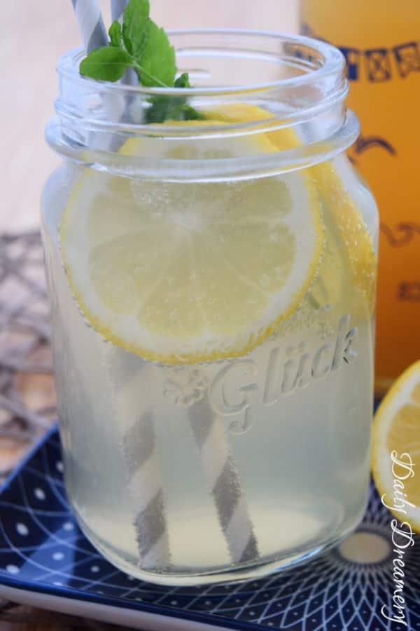 Fruchtig-saurer Zitronensirup mit Basilikum