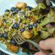 Mungobohnensalat mit Blaubeeren, Käse, Pesto und geröstetem Ciabatta