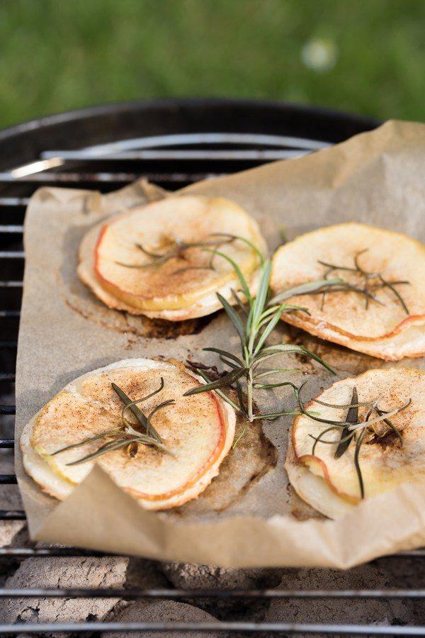Gegrillter Flammkuchen mit Apfel, Zimt und Rosmarin!