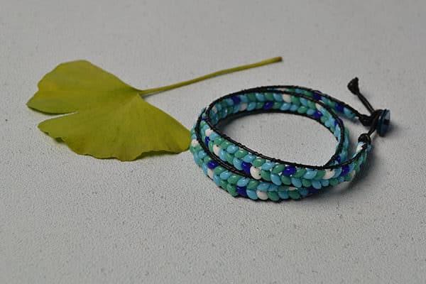 wie macht man Lederschnur Armband  mit 2-Loch Rocailles?