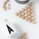 DIY: Geometrische Untersetzer aus Halb-Holzkugeln