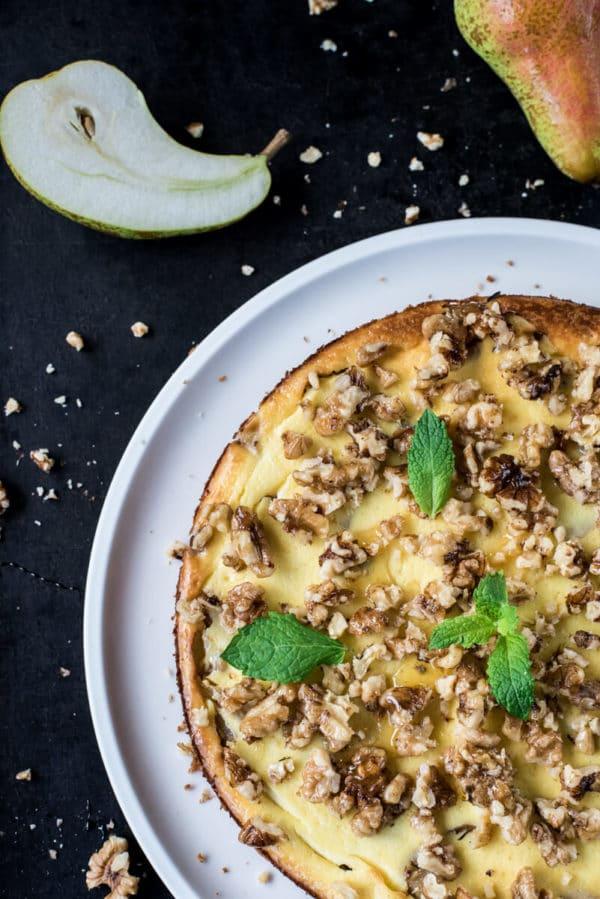 Birnen-Cheesecake mit karamellisierten Walnüssen