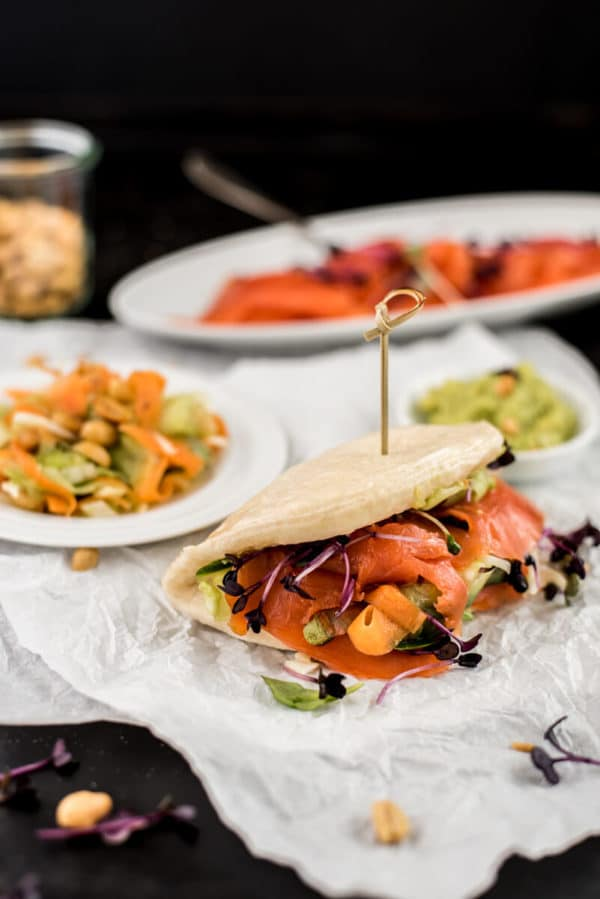 Bao Bun Burger mit Lachs und Erdnüssen