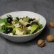Herbstsalat mit Feldsalat, Trauben, Birnen, Käse und Nüssen