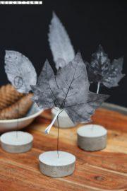 Kartenhalter aus Beton mit Blättern