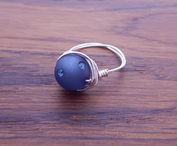 Ring aus Draht und Perle