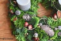 Adventskranz so gesteckt, dass er bis Weihnachten grün bleibt