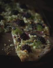 Fenchel Brombeer Pizza mit Ziegenkäse und Waldhonig