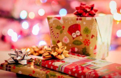 Weihnachtsgeschenke kreativ verpacken mit buntem Seidenpapier und Co.