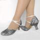 Schuhe mit Spitzenstoff überziehen