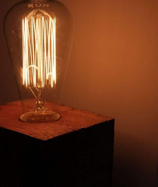 Lampe mit Holzsockel und Retro-Glühbirne