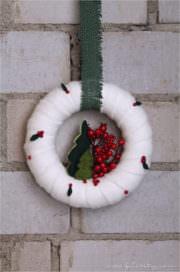 Weihnachtlicher Türkranz mit Beeren