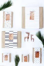 Kreative Geschenkverpackung mit Kupfer-Initialen und Freebie Geschenkpapier