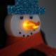 Schneemann-Brosche aus LED-Teelicht