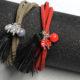 Ein Paar Armbänder als Geschenk am Valentinstag