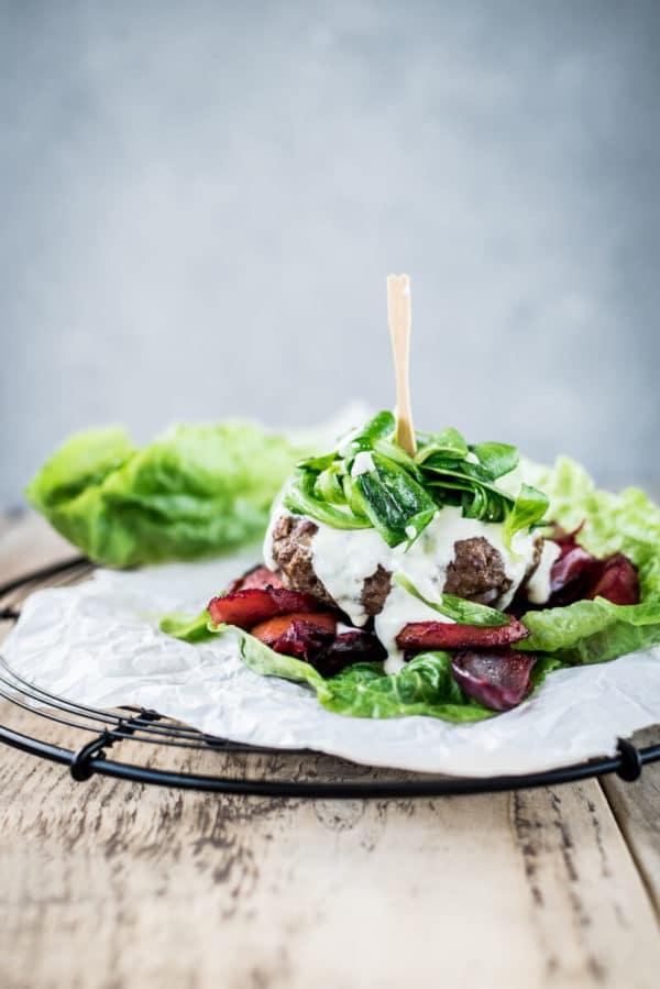 Salat-Burger mit Rindfleisch und Wurzelgemüse