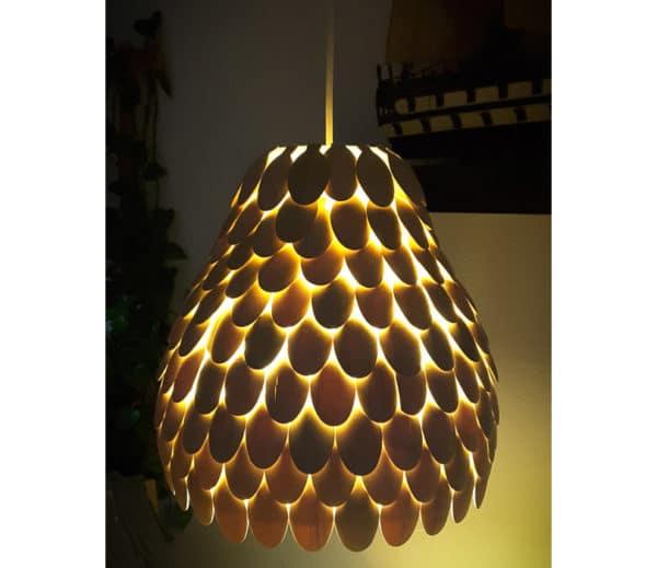 Lampe aus Einweggeschirr