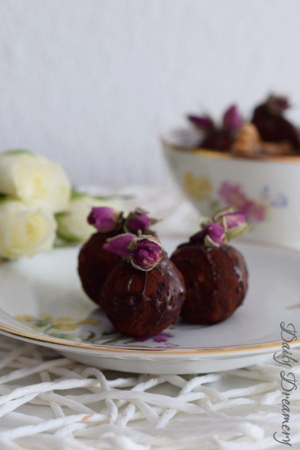 Marzipan-Pralinen mit Walnüssen und Rosenwasser