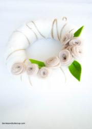 DIY Frühlingshafter Dekokranz mit Filzblumen - Ostern kann kommen