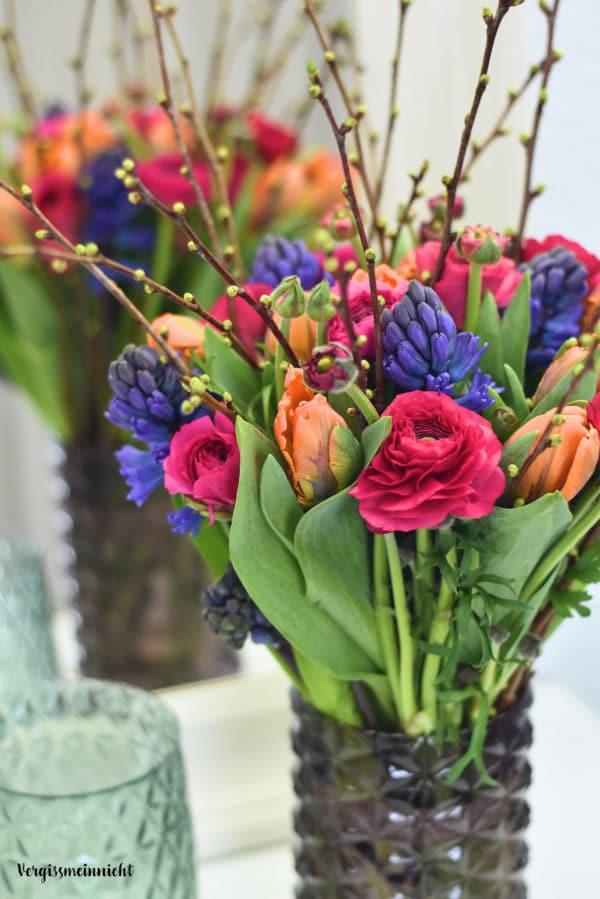 Frühlingsstrauß mit Ranunkeln, Tulpen und Hyazinthen