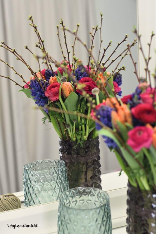 fr hlingsstrau mit ranunkeln tulpen und hyazinthen handmade kultur. Black Bedroom Furniture Sets. Home Design Ideas