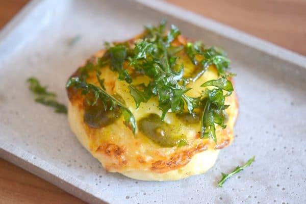 Herrlich luftige Kartoffelteig-Brötchen mit würzig-balsamischem Löwenzahnpesto