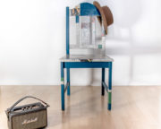 Ein Stuhl, eine alte Zeitung und Serviettentechnik
