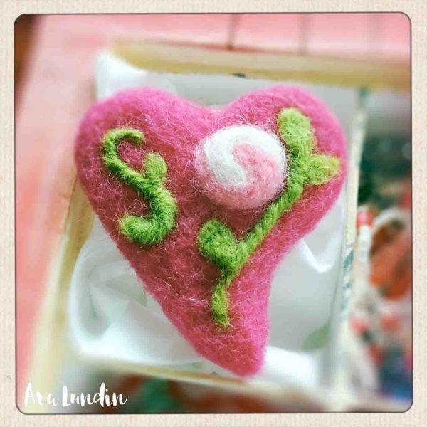 Eine Herz-Brosche aus Filz zum Muttertag